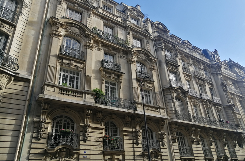 Beautiful old Parisian building - Would you like to move in here?
